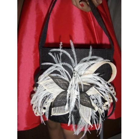 pochette-en-sisal-noir-details-ivoire-et-plumes-blanches-sac