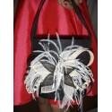Pochette en sisal noir détails ivoire et plumes blanches Sac