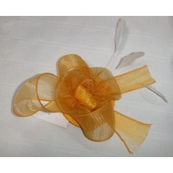 pince-sisal-et-organza-jaune-d-or-et-plumes-ivoire