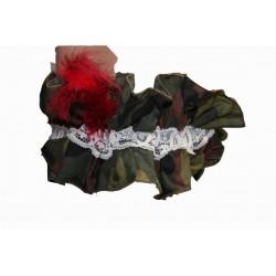 jarretiere-camouflage-militaire-dentelle-et-plumes-bordeaux