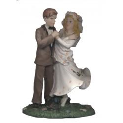 figurine-mariage-couple-de-maries-dansant-dans-l-herbe-verte