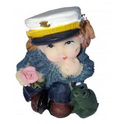 Figurine miniature 1 fillette habillée en marin avec une grenouille ou un crapaud