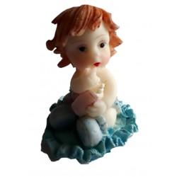Figurine miniature 1 petit garçon assis sur un tapis à volant bleu turquoise