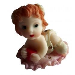 Figurine miniature 1 petite fille couchée sur un tapis à volant rose