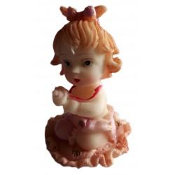 Figurine miniature 1 petite fille assise sur un tapis à volant couleur pêche