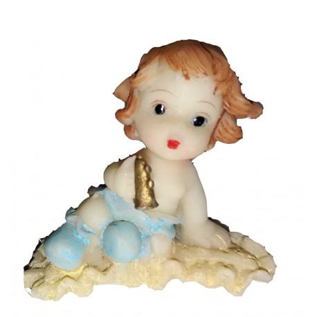 Figurine miniature 1 petit garçon tenant une mini trompette assis sur un tapis à volant beige