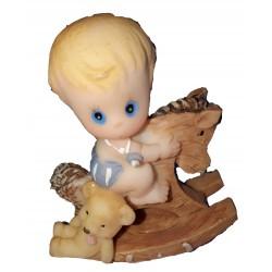 Figurine 1 bébé garçon sur un cheval à bascule avec son nounours