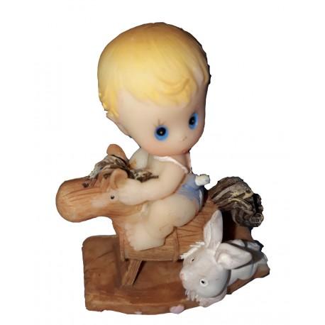 Figurine 1 bébé garçon sur un cheval à bascule avec son lapin