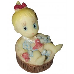 Figurine miniature 1 bébé fille alongée dans son bain un baquet en bois rond