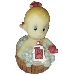 Figurine miniature 1 bébé fille assise dans son bain un baquet en bois rond