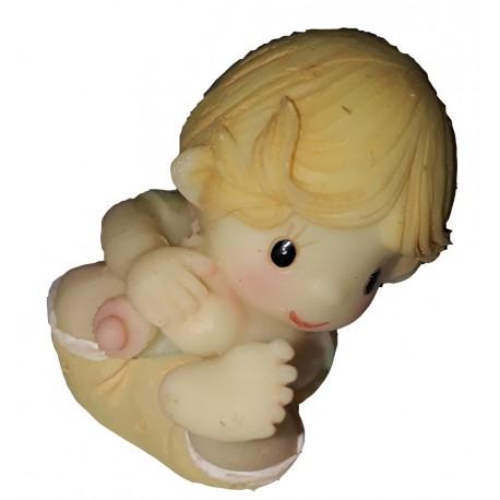 Figurine miniature 1 petit garçon jouant aves son pied assis par terre
