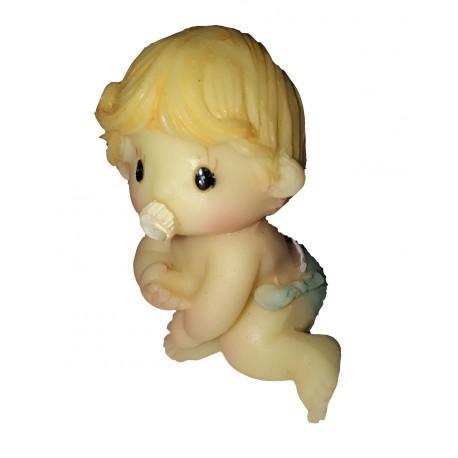 figurine miniature petit garçon assis par terre avec sa sucette