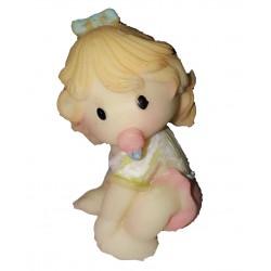 figurine miniature petite fille assise par terre avec sa sucette