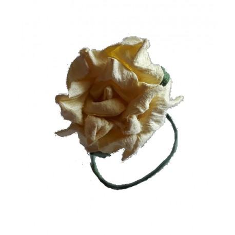 12 petites fleurs crème et feuilles vertes 25 millimètres de diamètre