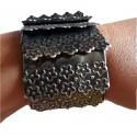 Bracelet couleur argent noirci articulé monté sur large élastique noir