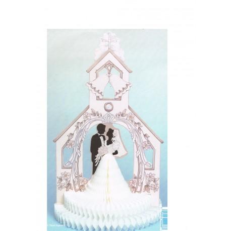 Couple de mariés en papier alvéolé dans une église