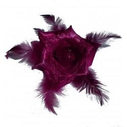 Fleur bordeaux en satin, dentelle et plumes, avec broche et élastique pour la maintenir