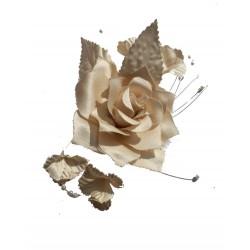 Fleur à coudre couleur champagne faite en beau satin épais avec petits satélite en forme de fleurs avec perles