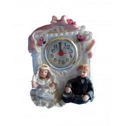Modèle de démonstration Petite horloge couple de mariés assis sous un porche décoré résine peinte