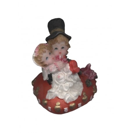 figurine-mariage-couple-de-maries-sur-un-coussin-coeur-rouge