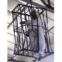 Zombie prisonnier dans une grande cage